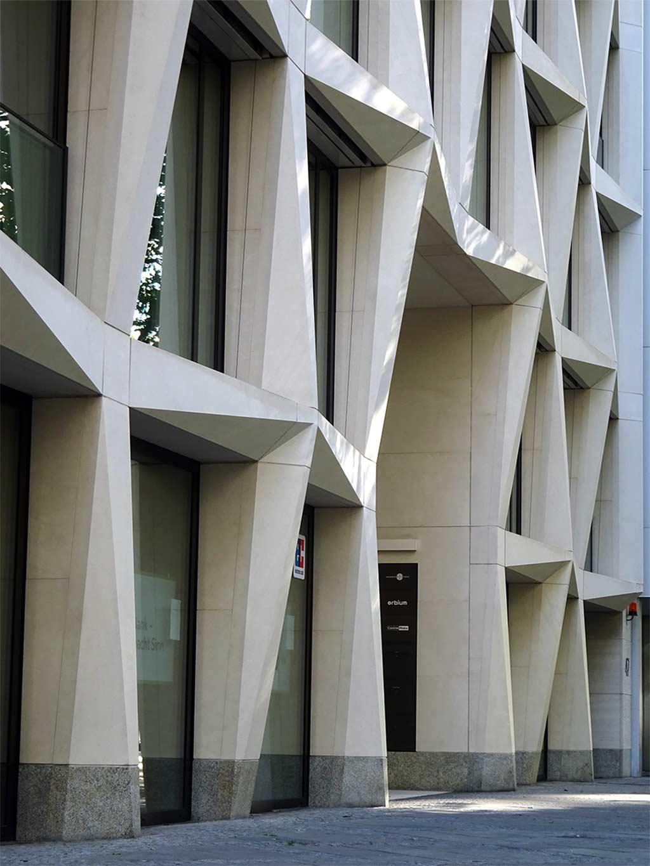 Dreidimensionale Natursteinfassade am FortySeven in Frankfurt