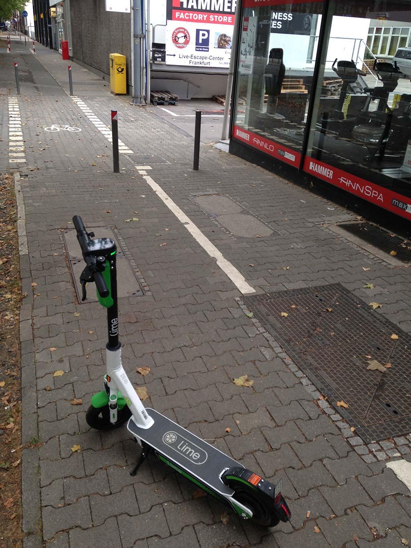 E-Scooter in Frankfurt auf dem Fahrradweg