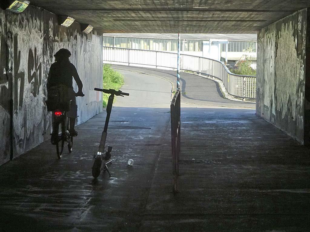 E-Scooter in Frankfurt auf der Fahrbahn für Radfahrer