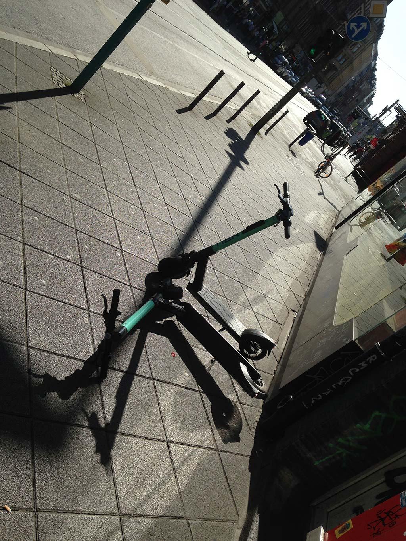 E-Scooter in Frankfurt auf dem Boden umgekippt