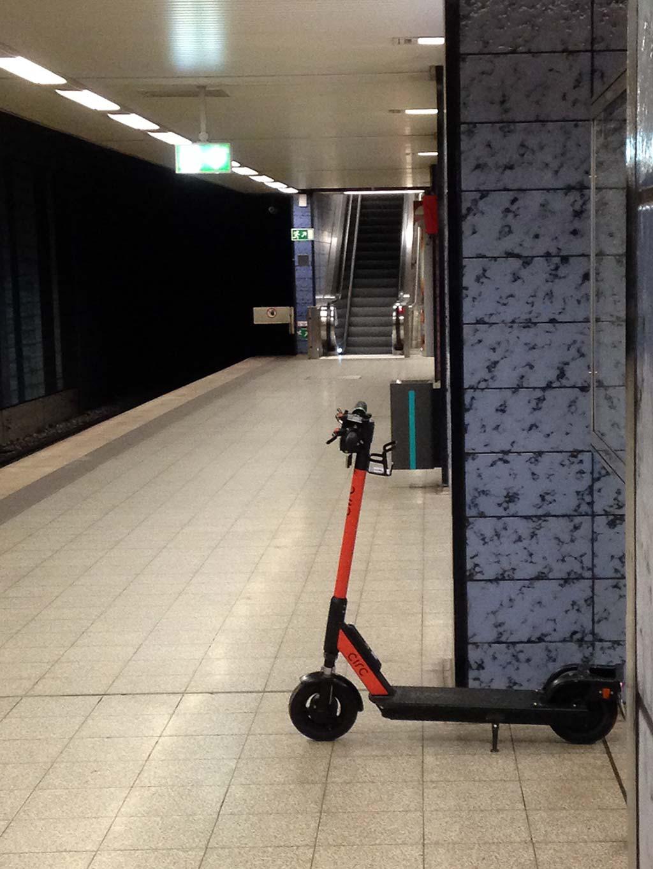 E-Scooter in Frankfurt in der U-Bahn-Station abgestellt