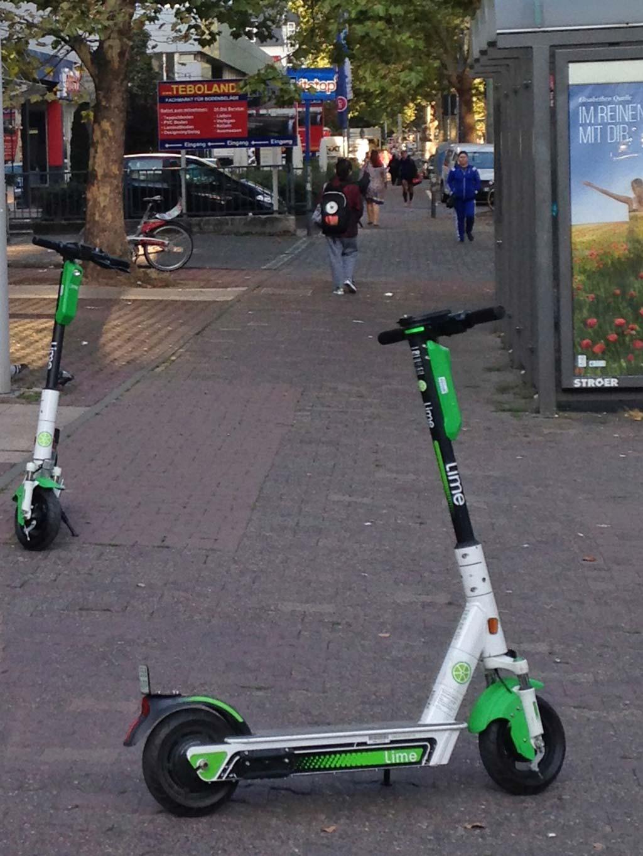 E-Scooter in Frankfurt mitten im gehweg aufgestellt