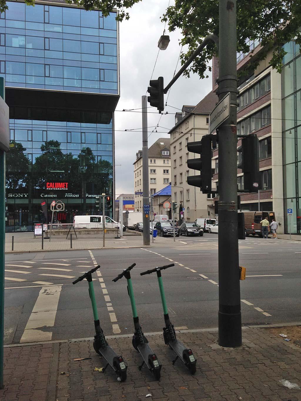 E-Scooter in Frankfurt im Bereich Fußgängerampel