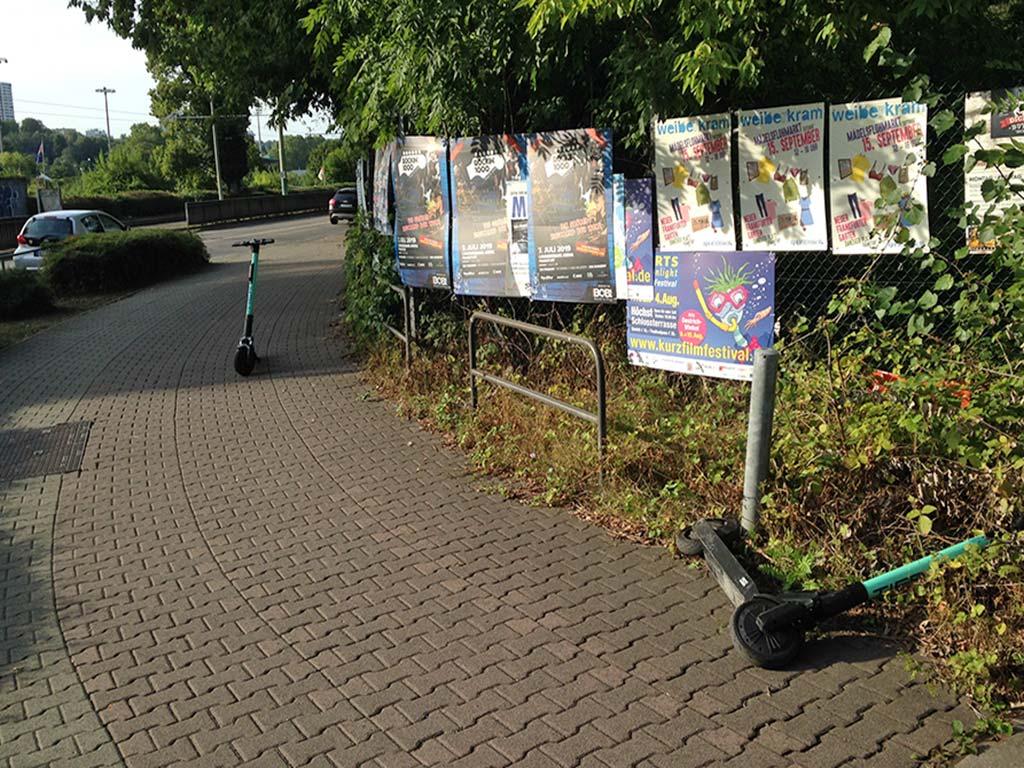 E-Scooter in Frankfurt mitten im Weg und umgekippt im Gebüsch