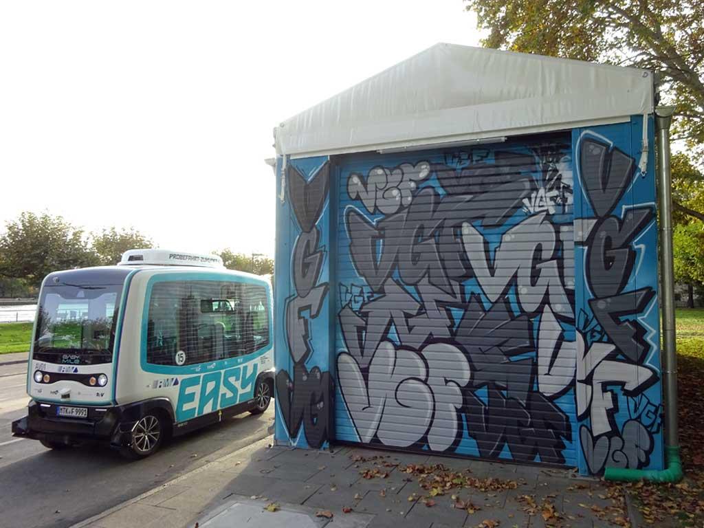 Graffiti am Container-Depot für die autonom fahrenden Minibusse in Frankfurt am Main