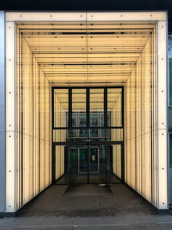Eingangsbereich eines Geschäftshauses in der Mainzer Landstraße