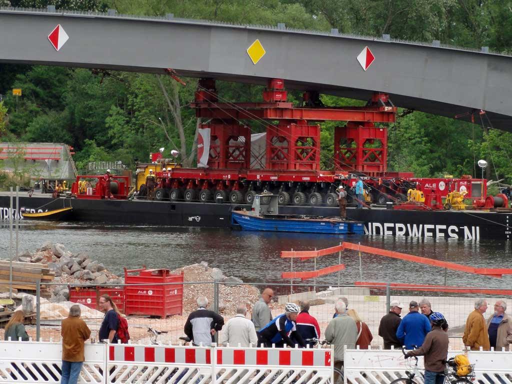 Einschwimmen der Carl-Ulrich-Brücke in Offenbach