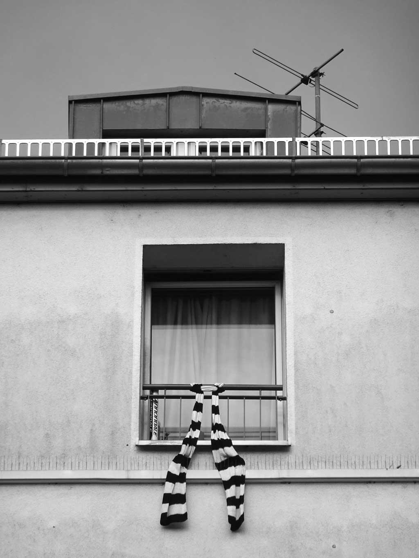 schwarz-weiss-fotografie frankfurt eintracht fanschal