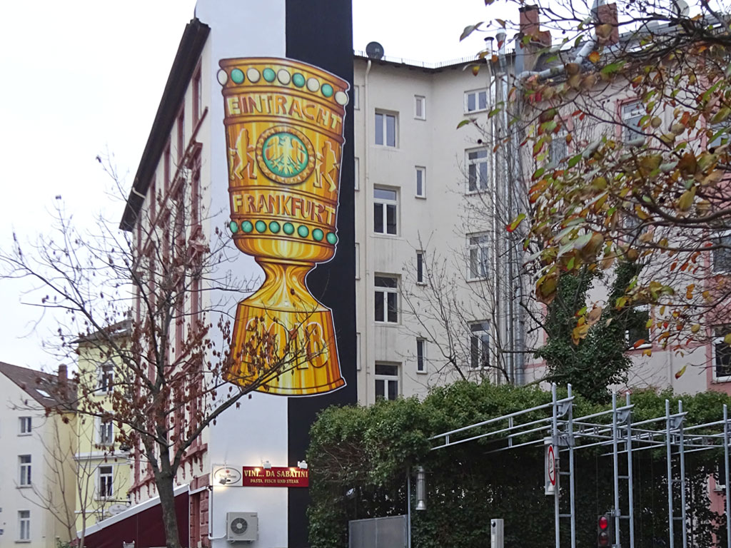 Graffiti-Wandbild des DFB-Pokals in Frankfurt