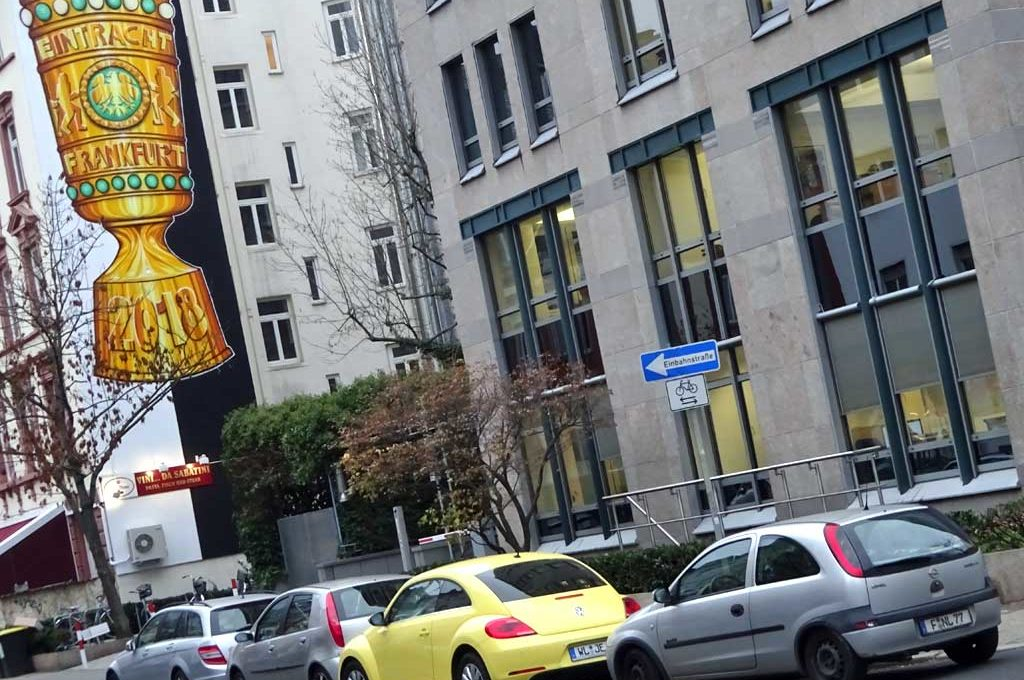 Mural in Frankfurt mit DFB-Pokal und weiß-schwarzen Streifen