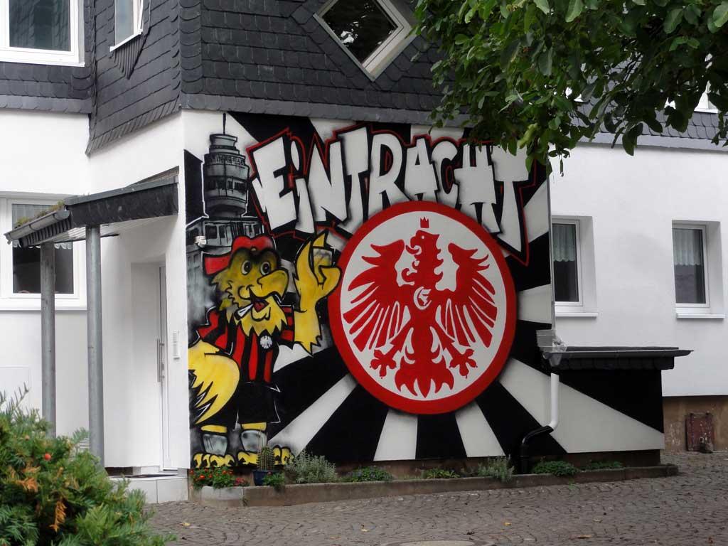 Eintracht Frankfurt Graffitikunst mit Henninger Turm und Adler