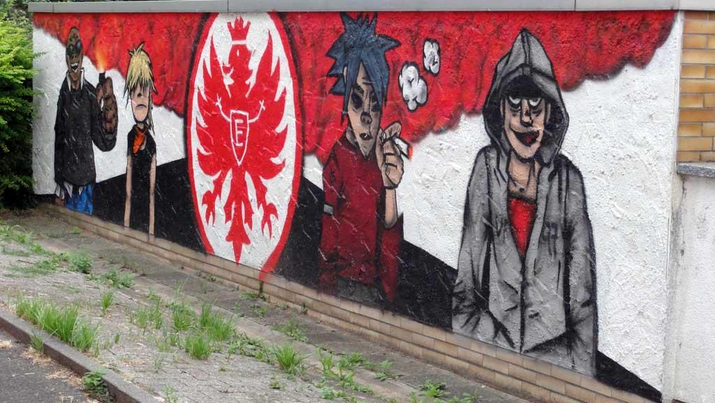 Graffitikunst mit Gorillaz und der Eintracht Wappen