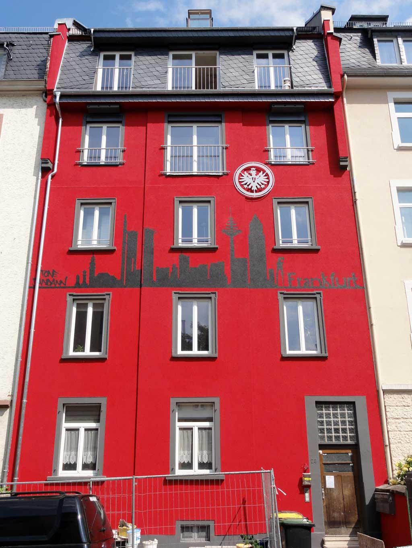 Graffitikunst mit Frankfurter Skyline und dem Eintracht Wappen