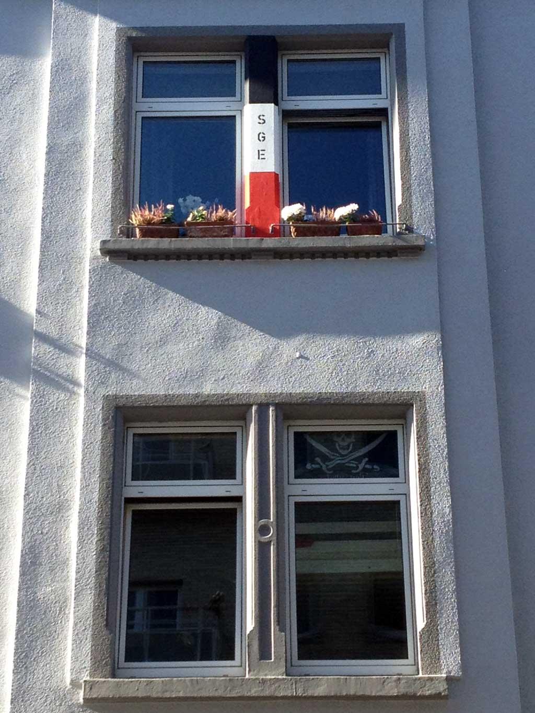 Fenstergestaltung mit SGE und den Farben schwarz, weiss und rot