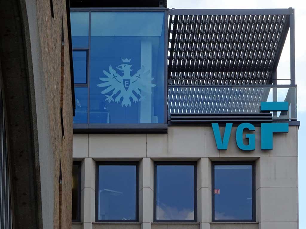 Eintracht Wappen am Fensterfront der VGF
