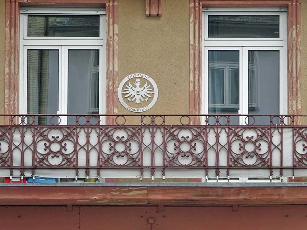 Ring mit Eintracht-Wappen an Hausfassade in Frankfurt