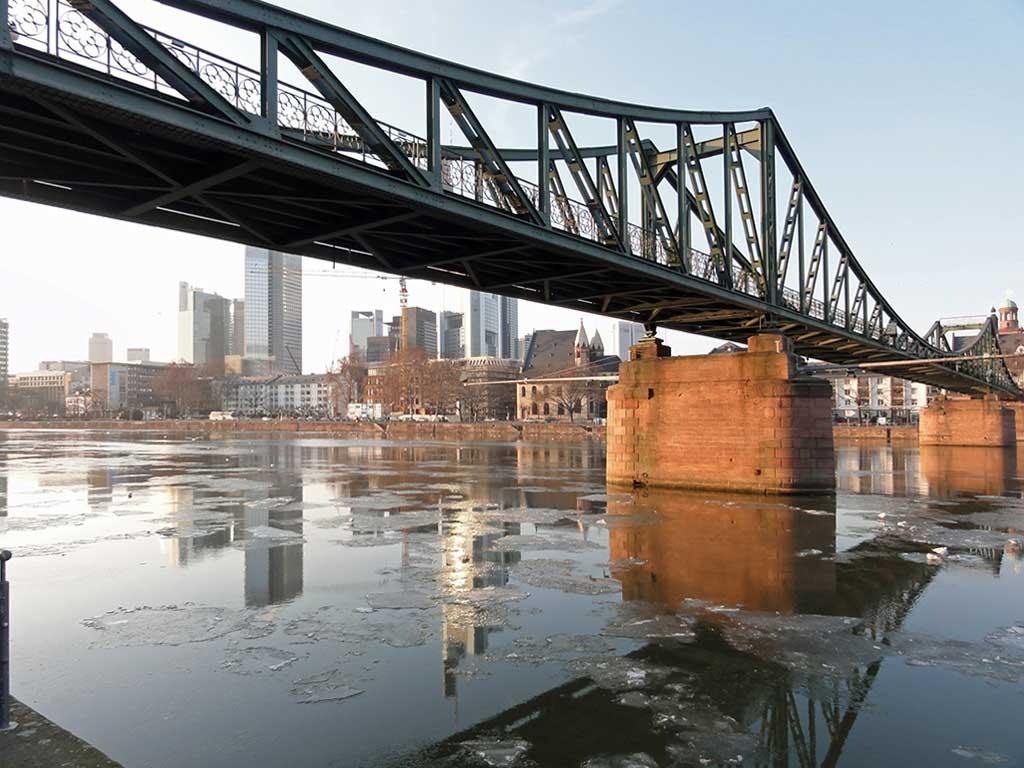 Eisschollen auf dem Main in Frankfurt