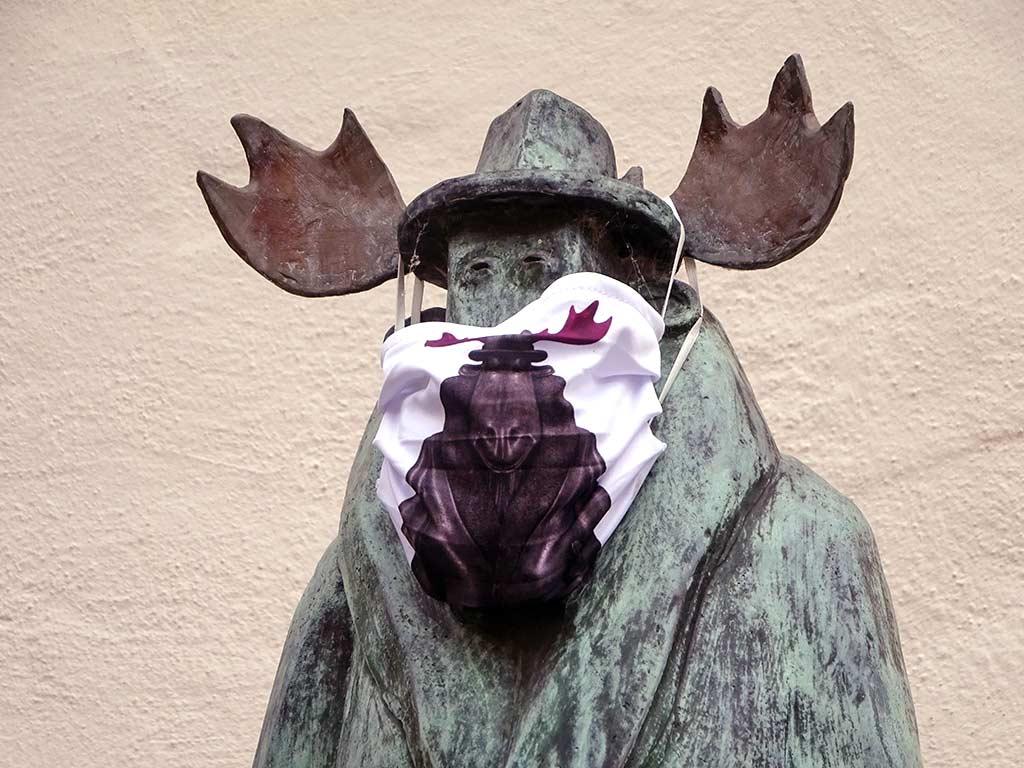 Elch-Skuptur mit Elch-Maske