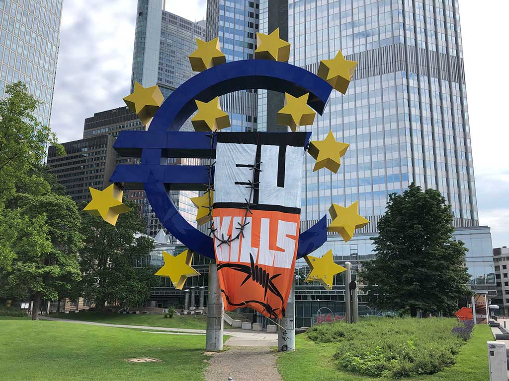 Euro-Skulptur mit EU-Kills-Banner