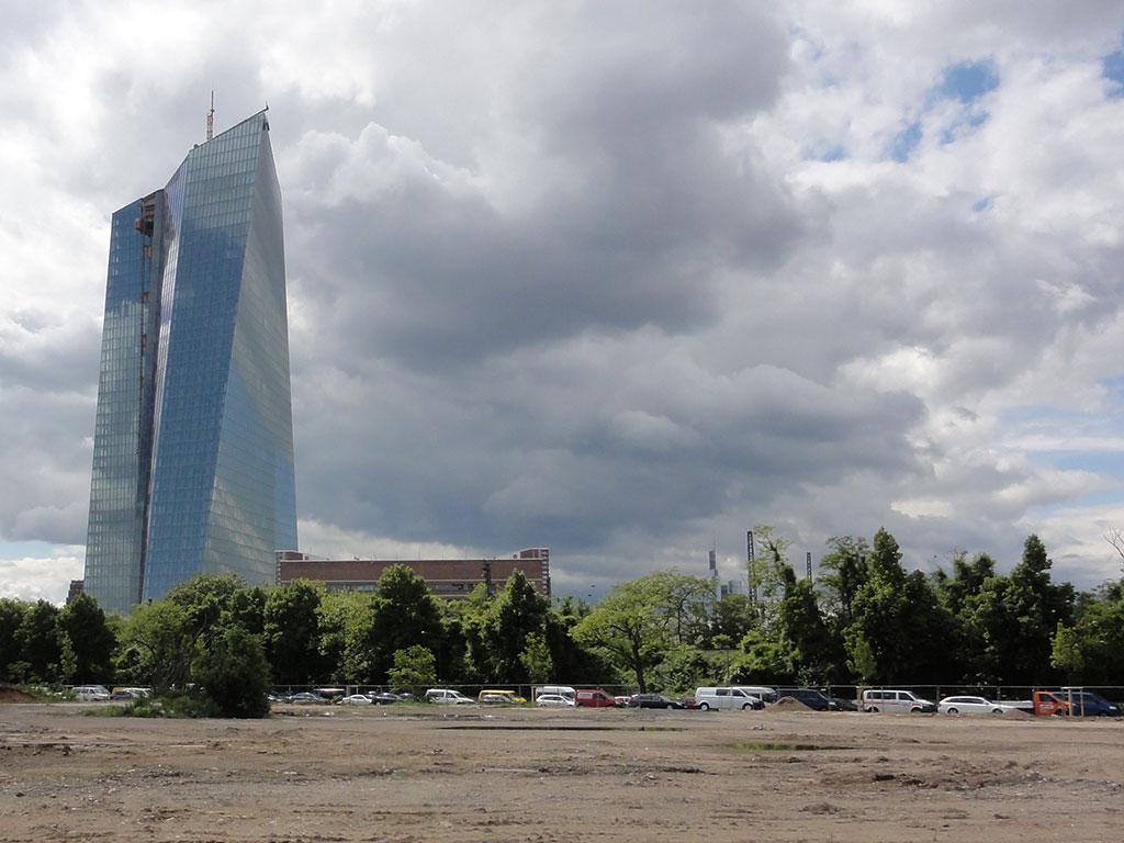 Europäische Zentralbank und unbebaute Gegend drumherum