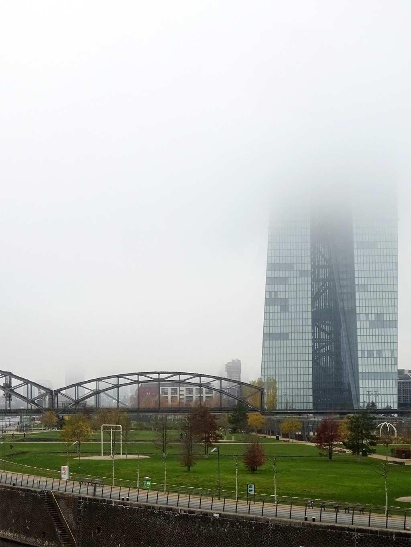 EZB-Wolkenkratzer in Frankfurt zur Hälfte von Nebel verdeckt