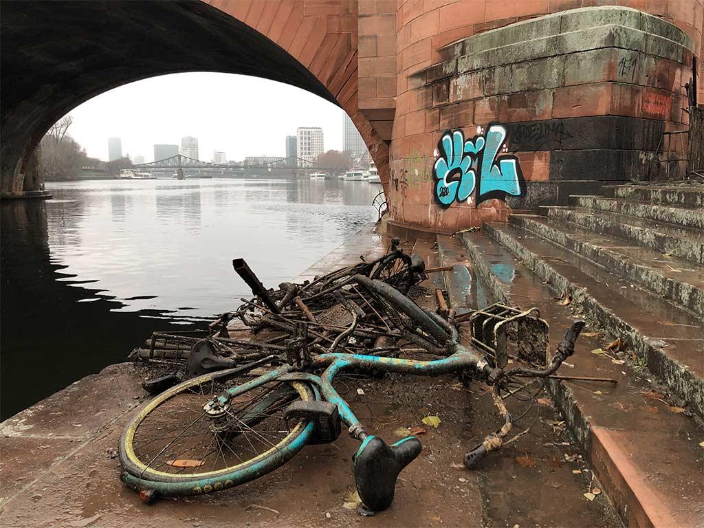 Fahrradschrott am Mainufer in Frankfurt