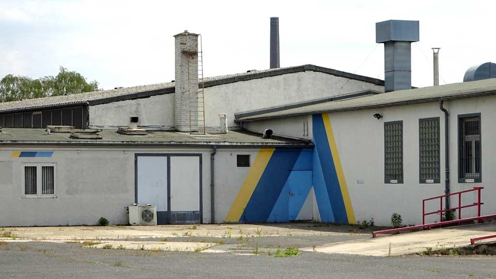Fassadengestaltung mit gelben und blauen Streifen