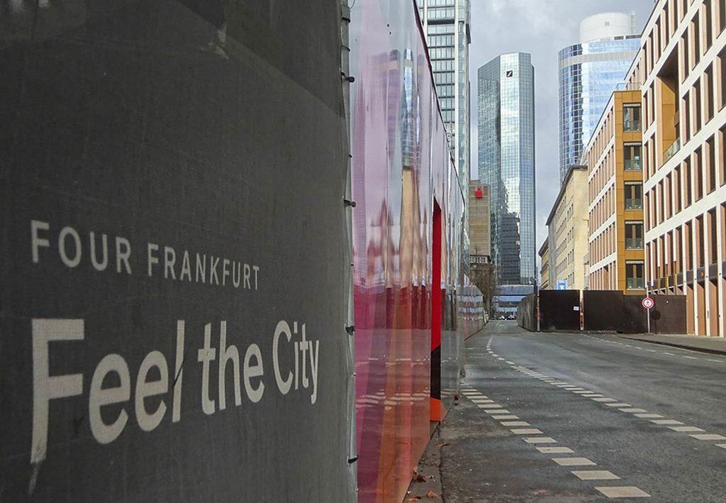 Feel the City - Bauzaun-Slogan in Frankfurt am Main