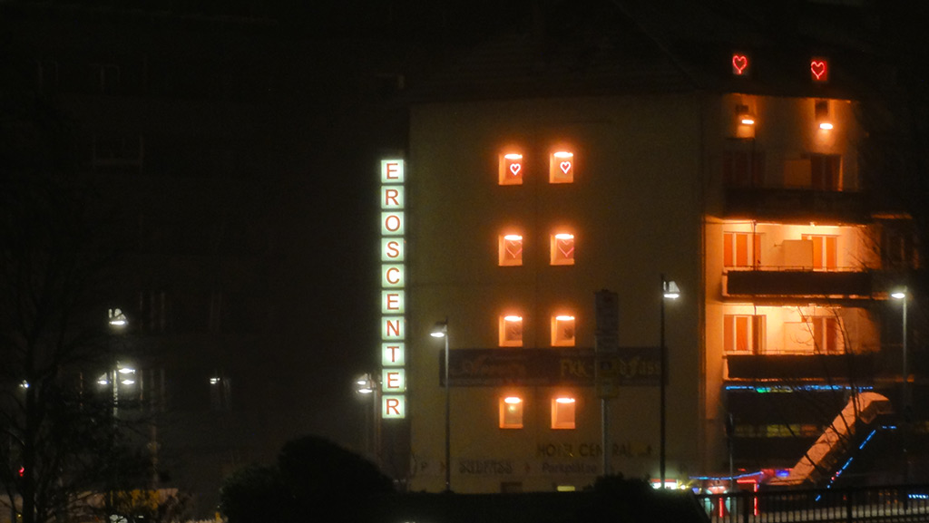 Fenster mit leuchtenden Herzen im Sudfass in Frankfurt am Main