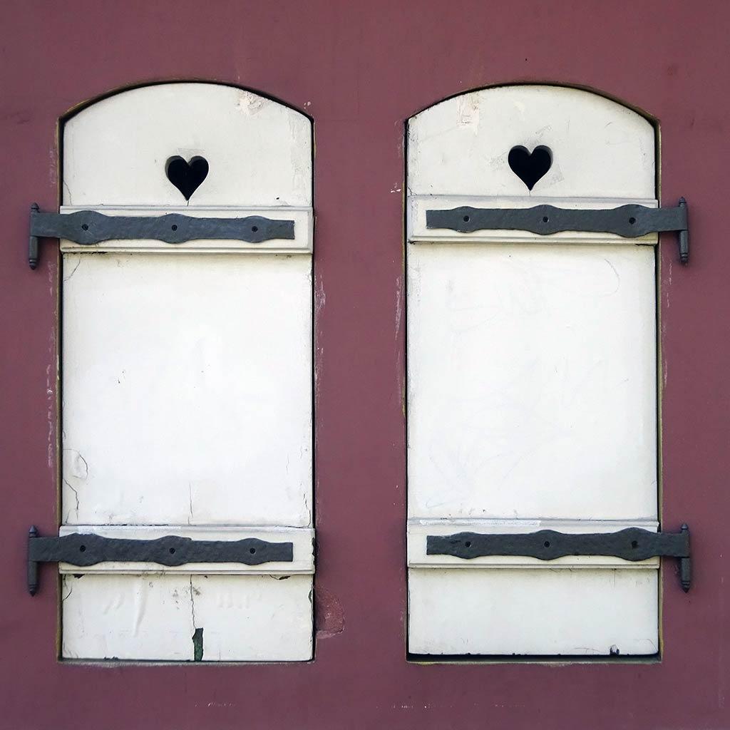 Fensterläden mit Herz an der Hausbar in Frankfurt am Main