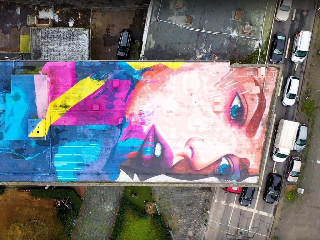 Flachdach-Mural von Justus Becker im Allerheiligenviertel in Frankfurt