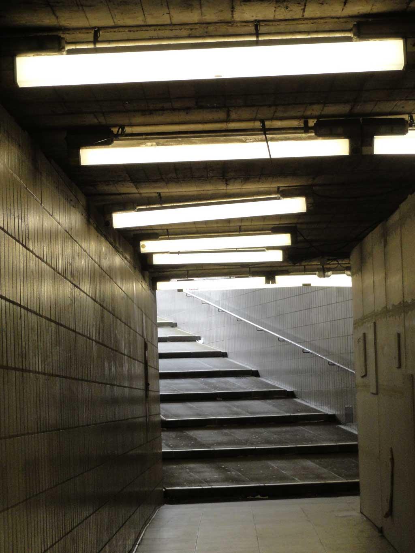 Flache große Treppen in der Unterführung in der Miquel-/Adickesallee in Frankfurt