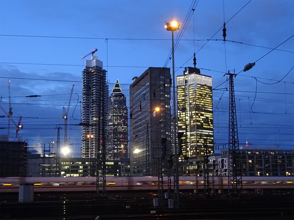 Abendszenario am Hauptbahnhof Frankfurt