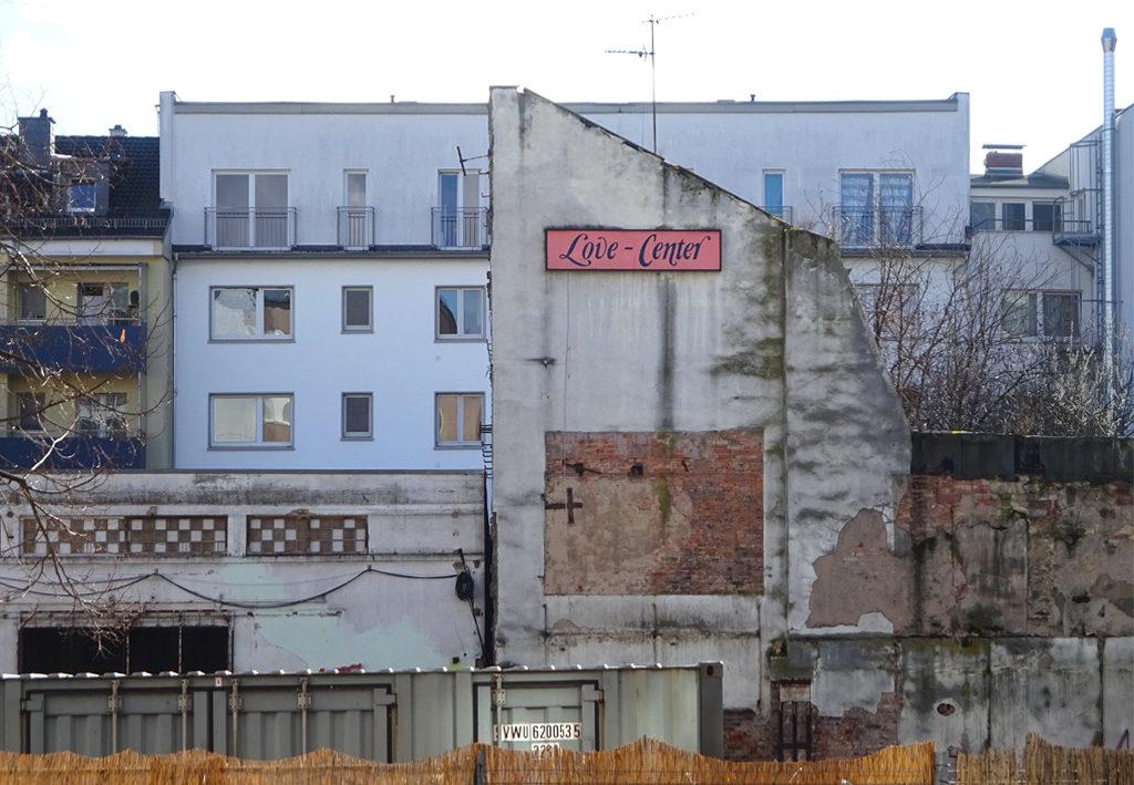 Brache im Allerheiligenviertel mit Love-Center-Schild