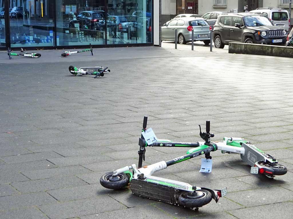 Mehrere E-Roller umgeworfen