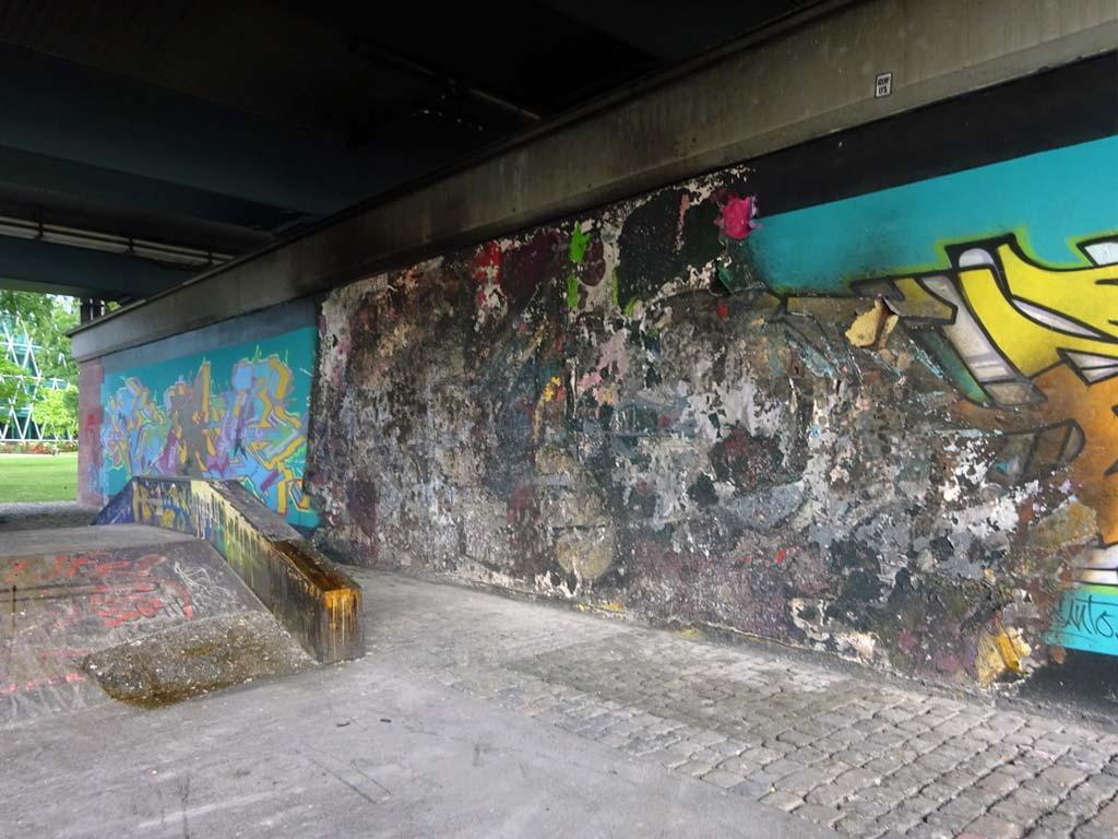 Verbrannte Wandfläche beim Skatepark an der Friedensbrücke