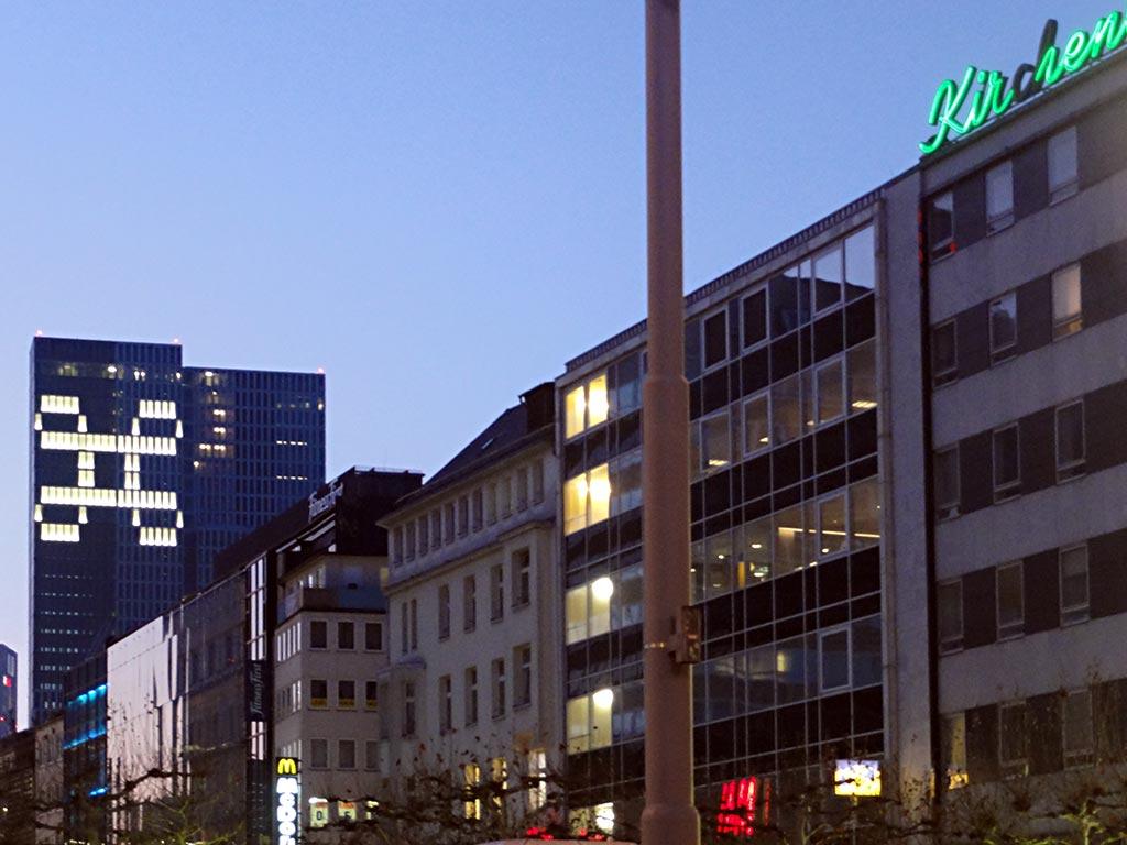 Leuchtendes Schleifenquadrat an Hochhaus in Frankfurt