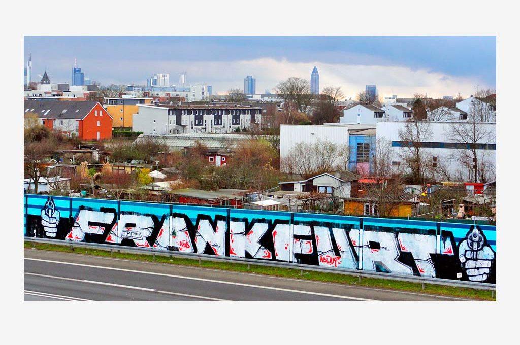 FRANKFURT-Schriftzug und zwei Hände mit Waffen