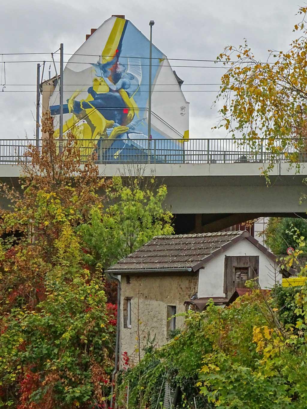 Street-Art von Guido Zimmermann an Haus bei der Nidda