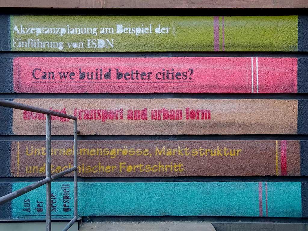 Frankfurt University of Applied Sciences - Bücher an Hausfassade