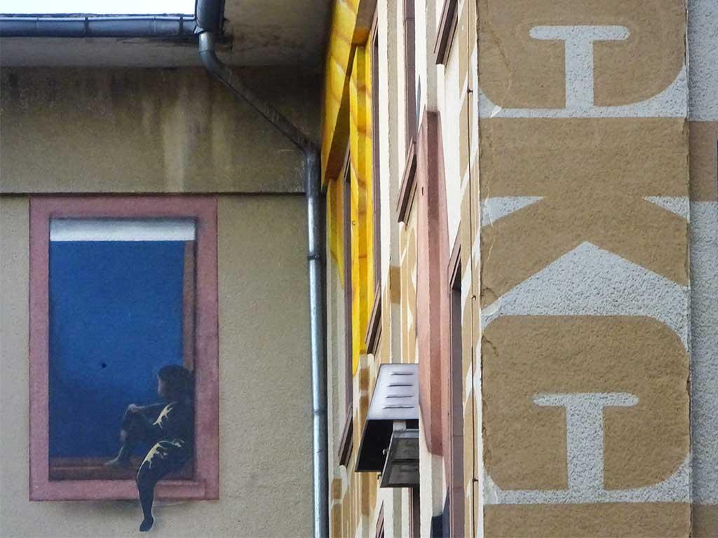 Frankfurt University of Applied Sciences - Junge am Fenster