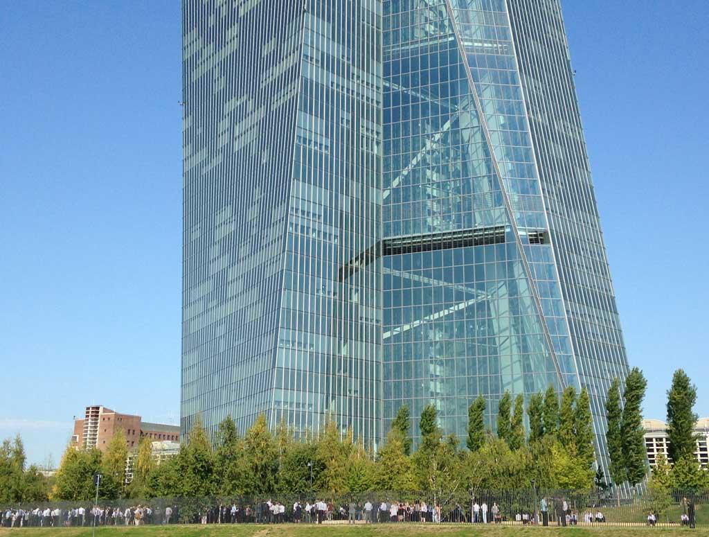 Menschen auf dem EZB-Areal