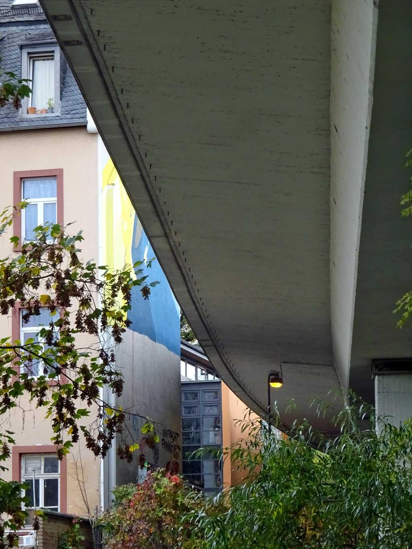 Wandbild an der Maybachbrücke in Frankfurt