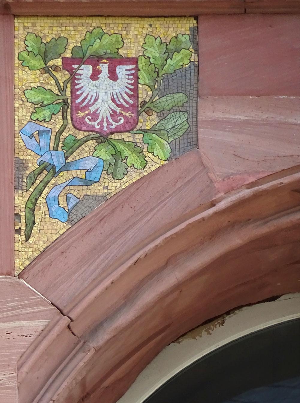 Verzierung mit Wappen an Haus in Frankfurt