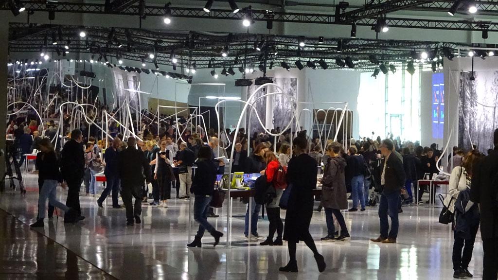 Frankfurter Buchmesse 2019 - Besucher im Norwegen Pavillon