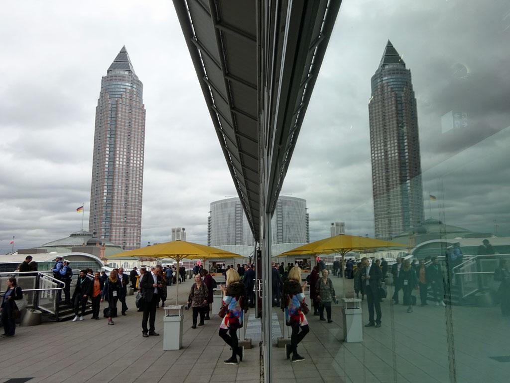 Frankfurter Buchmesse 2019 - Spiegelung des Messeturms