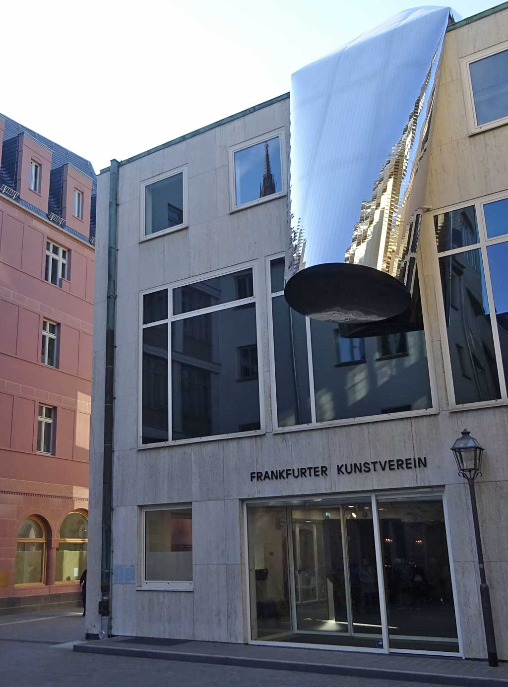 Außenskulptur am FKV in der neuen Frankfurter Altstadt