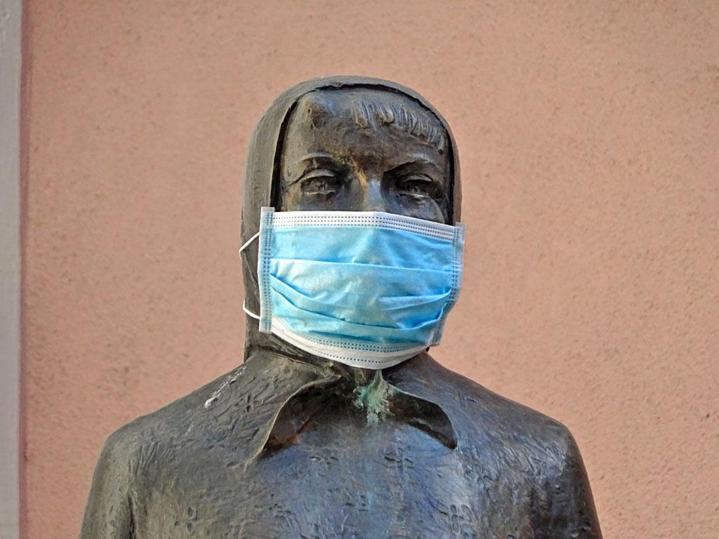 Frau Rauscher mit Schutzmaske