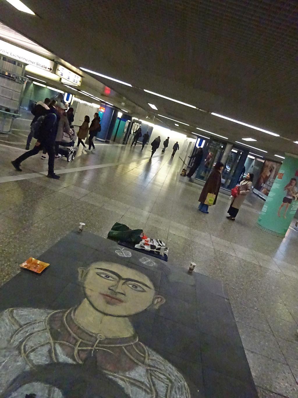 Frida Kahlo Kreidemalerei auf dem Boden an der Hauptwache in Frankfurt