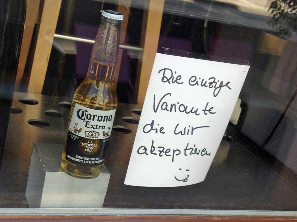 Corona-Bier im Schaufenster